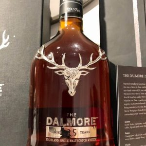 Dalmore 25 years old + with Glasses and Decanter – Original bottling – b. 2019 – 70cl