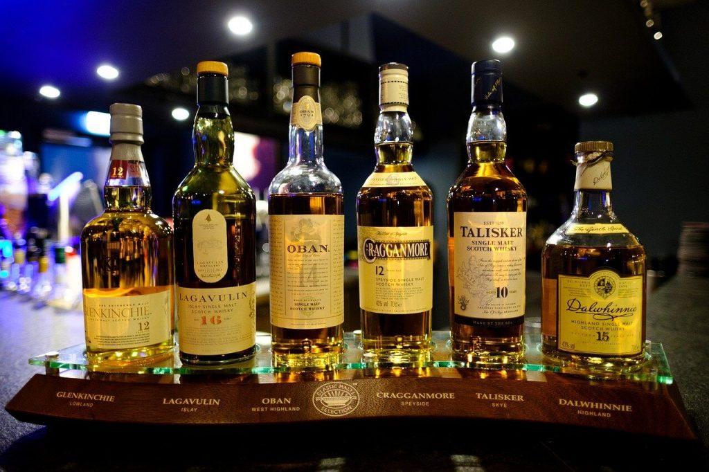 Åldersbenämningen på flaskan avser hur länge whiskyn mognat på ekfat, inte hur länge du har förvara whiskey på flaska.