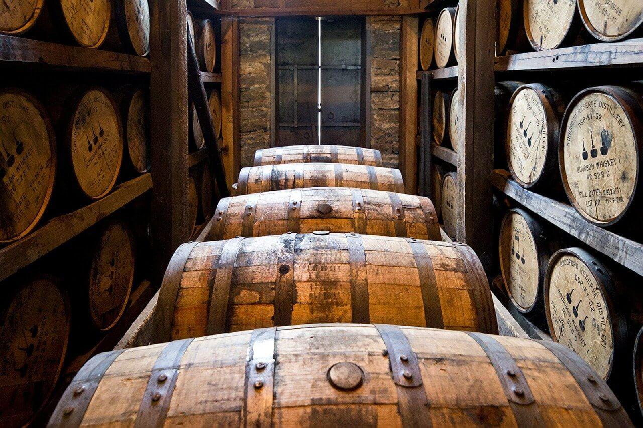Whiskytillverkning: Whiskyn ska lagras på ekfat under flera år. På bilden fina fat från Woodford Reserve destillery, amerikansk Bourbon whiskey.